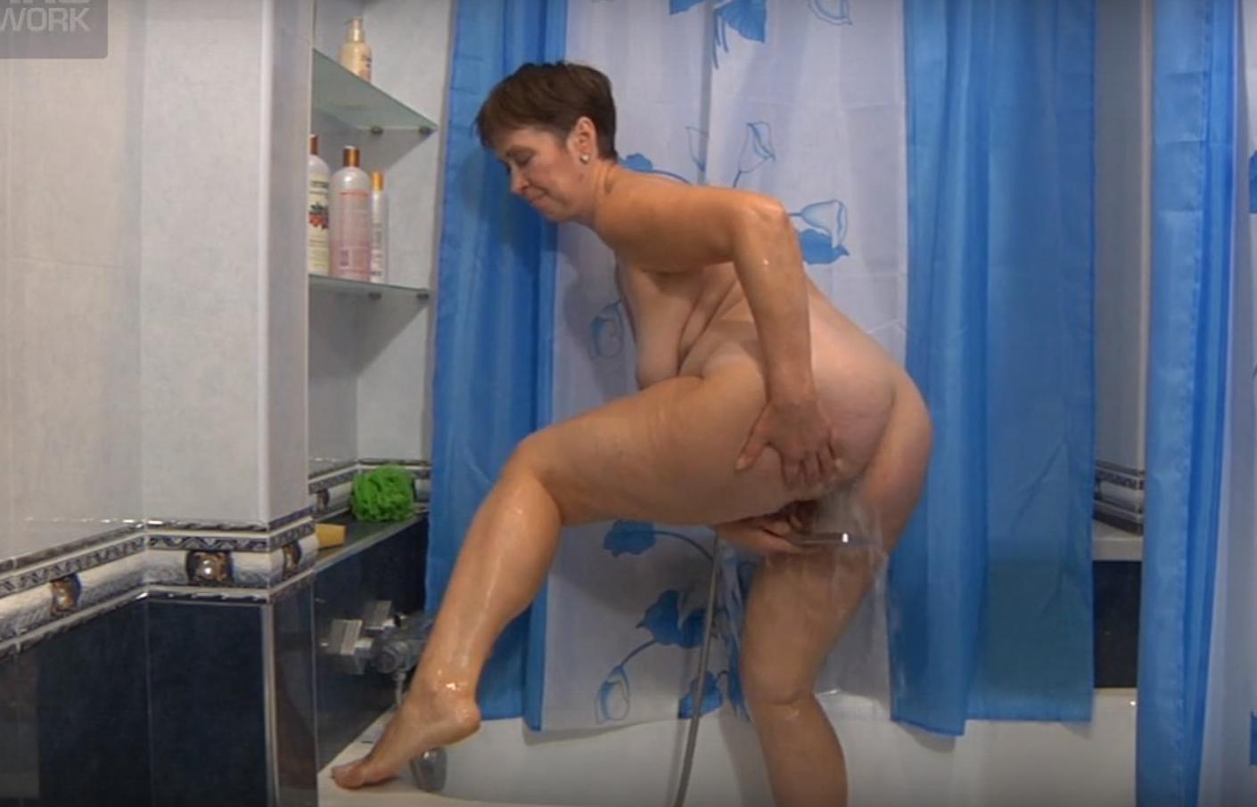 парень снимает на телефон женщину в ванной - 3